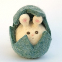 Felted easter bunny : www.theMagicOnions.com/shop/