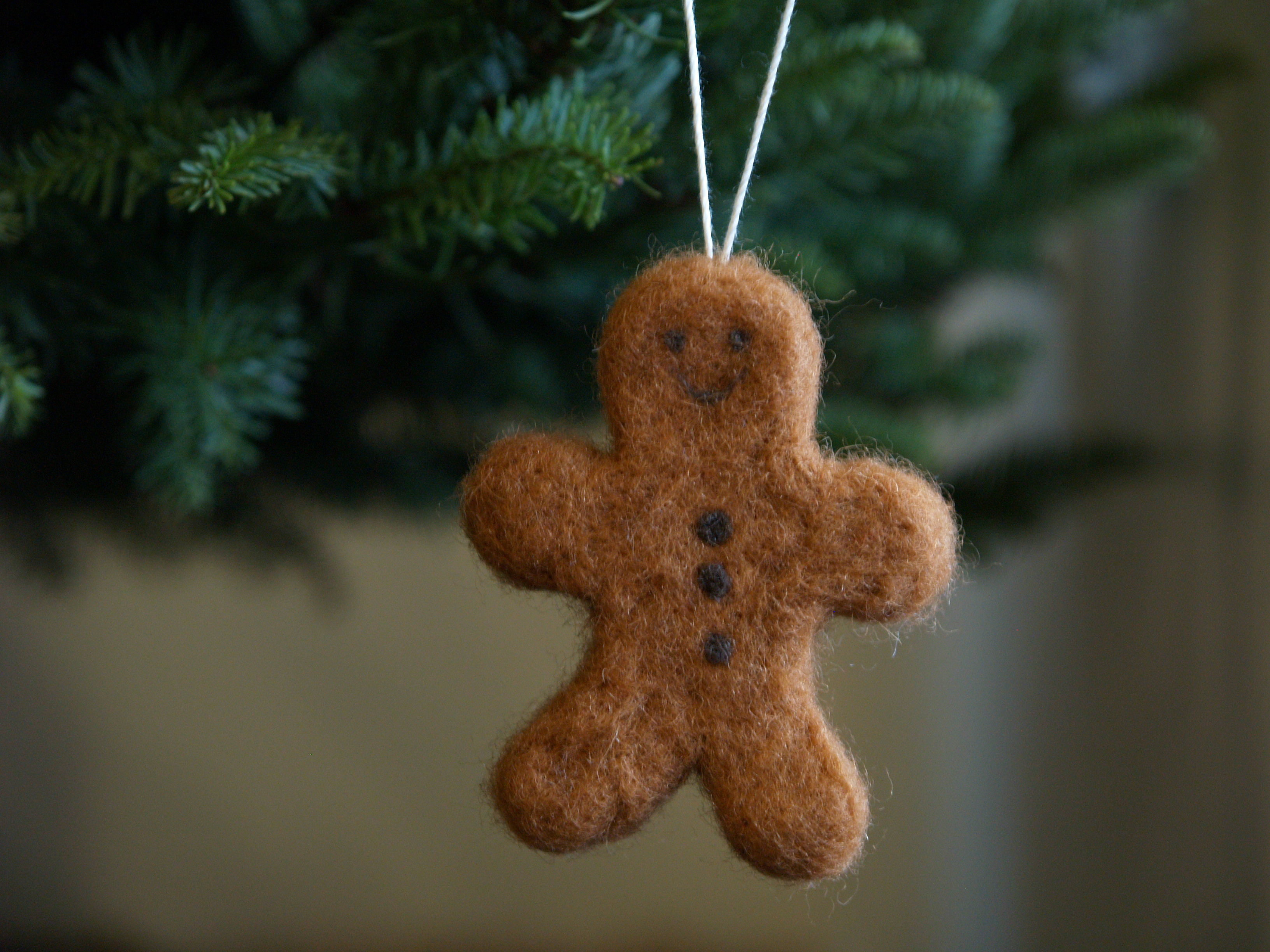 Make a gingerbread man christmas ornament needle - How to make felt christmas decorations ...