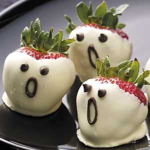 Halloween Strawberry Ghosts : www.theMagicOnions.com